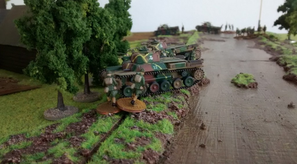 Von ihrer Deckung aus beobachten die Kommandanten die Bewegungen der russischen Truppen im Dorf.
