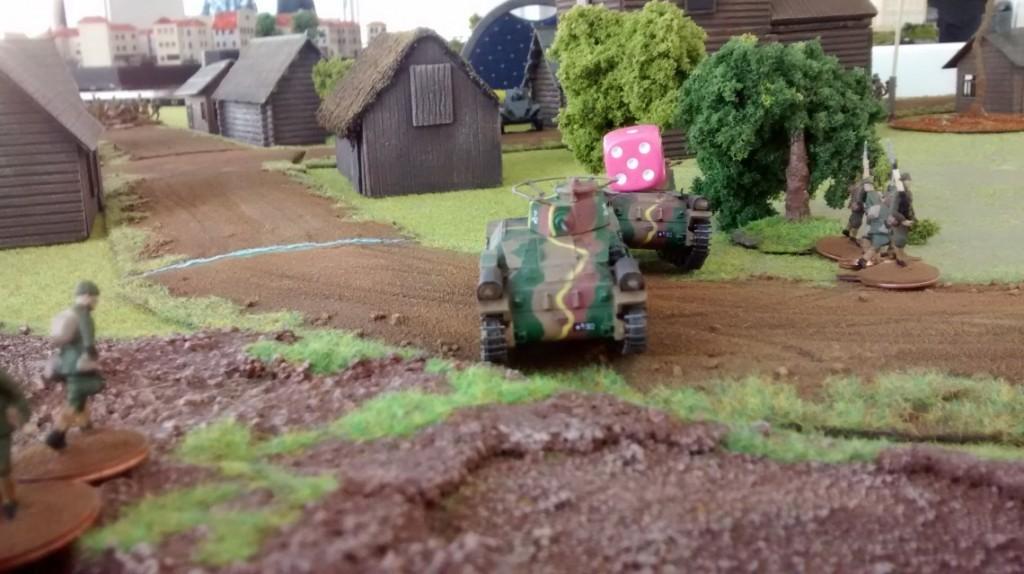Auf der rechten Flanke der Kaiserlichen Japanischen Armee kommt es zur ersten Feindberührung. Ein BT-7 landet einen Treffer auf einem Chi-Ha-Tank. Es entbrennt ein  heftiges Feuergefecht.