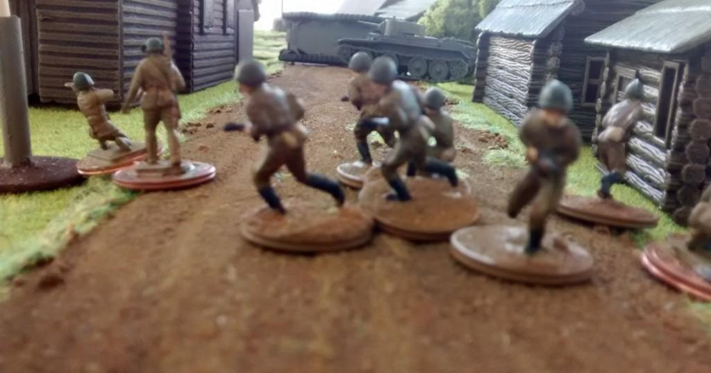 Ein Infanterietrupp versucht, die japanischen Panzer von der Seite zu packen.