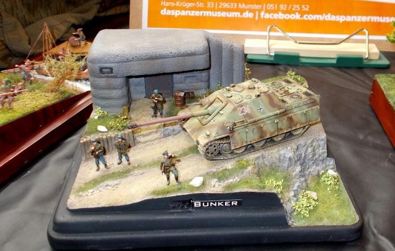 Stimmungsvoll inszeniert ist dieser Jagdpanzer V Jagdpanther (Sd.Kfz. 173) vor der Kulisse des Bunkers.