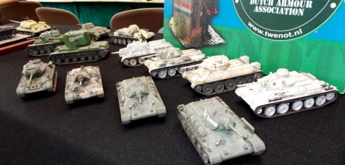 Am Stand der Dutch Armour Association gibt es für den Sturmi Interessantes zu sehen. Viele Varianten von Gefechtsfahrzeugen der Roten Armee. T-34 und KV-I. Wenn meine Augen nicht trügen, tummelt sich hier eine Reihe von Fertigmodellen.