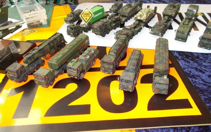Military Trucks mit vielen Achsen.