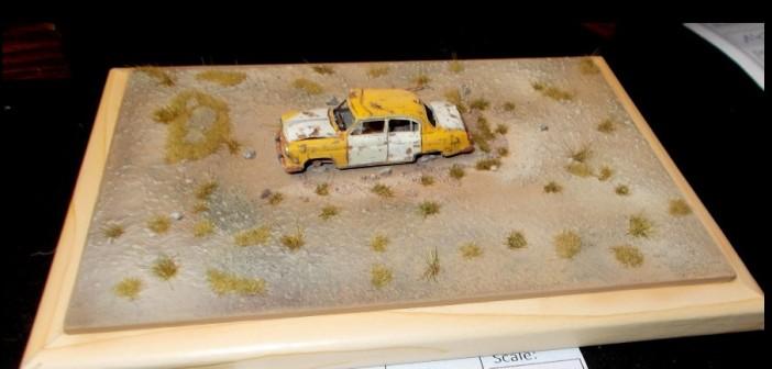 Ein ehemals glänzendes Yellow Cab rostet in  der Wüste vor sich hin.