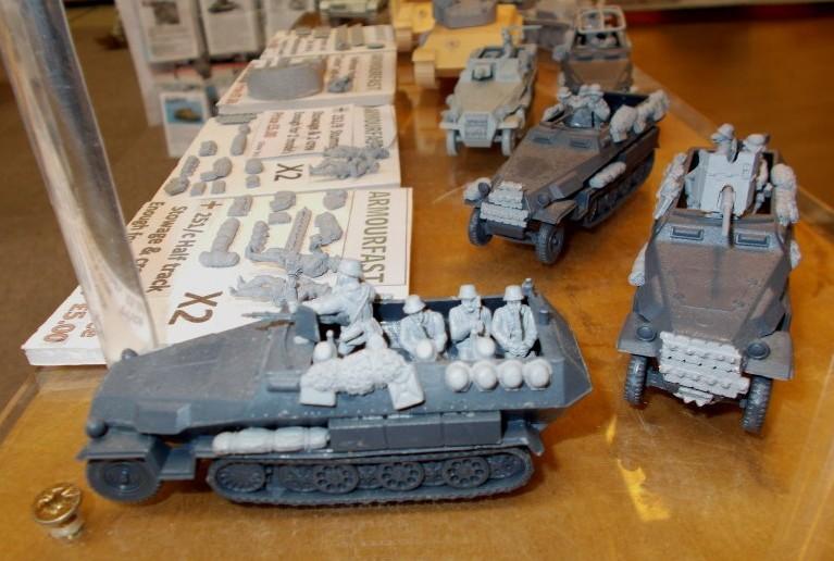 German Stowage & Crew ist dieses Jahr das Thema am Stand von Early War Miniatures. Auch für das Sd.Kfz. 251/1 von Armourfast bietet man Gerödel und Besatzung an. Natürlich genug für zwei Fahrzeuge in einem Pack. Das passt sich den Inhalten der Armourfast-Kits an.