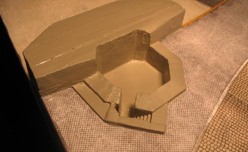 Nach Auftrag der Grundierungsfarbe ( Grau ) wirkt der Pak-Bunker schon ein wenig betonartig.