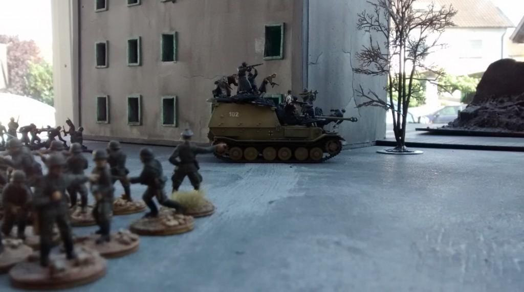 Im erten Spielzug lässt der Spieler der Wehrmacht einen 10er-Trupp auf dem Jagdpanzer Elefant aufsitzen. Aufgesessen sollen sie sich schneller bewegen können und bei Feindkontakt dem Koloss Schutz gegen angriffslustige Rotarmisten geben.