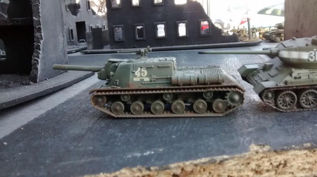 Der Spieler der Roten Armee eröffnet seinen Zug mit dem Vormarsch von ISU 152 und T-34/85 auf dem linken Flügel.
