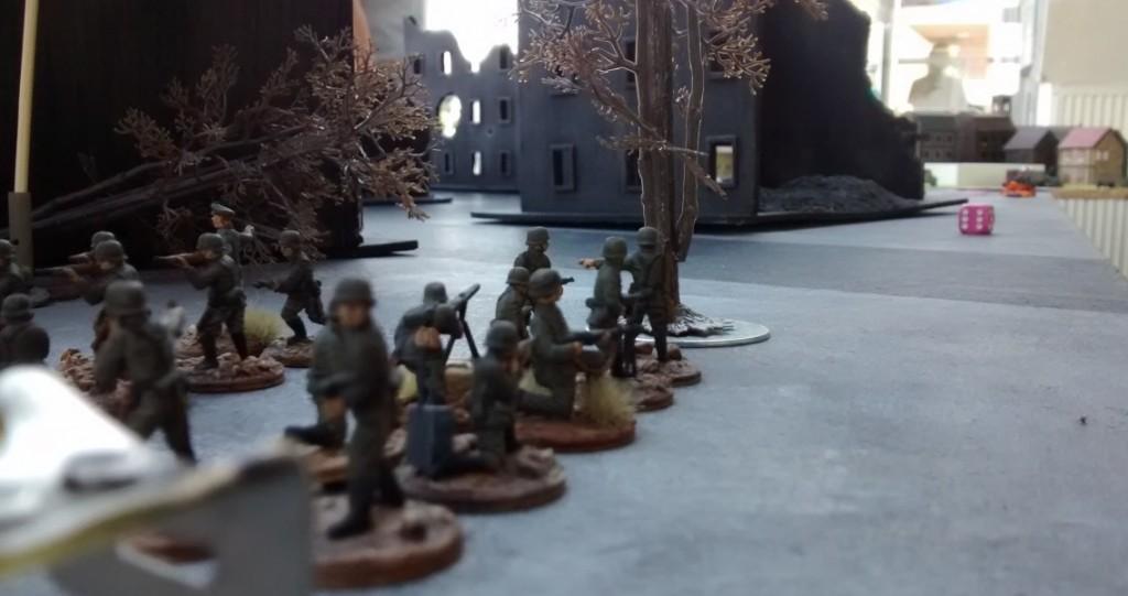 Zwei 10er-Trupps werden an den rechten Flügel der Spielplatte entsandt. Der dortige Ressourcenmarker soll von ihnen erobert werden. Allerdings ist der Weg dorthin sehr weit.