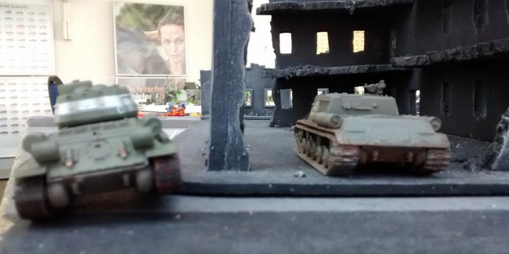 Der rote Spieler lässt links seine beiden Fat Boys weiter durch die Trümmerwüste rumpeln.