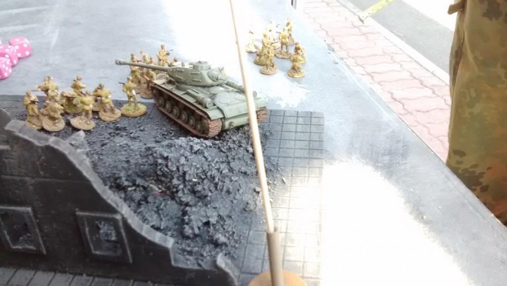 Der JS-2 in Spielfeldmitte zieht ebenfalls nach vorne. Hier hat die Rote Armee einen Schwerpunkt, denn der JS-2-Bolide ist mit seiner Infanterie-Unterstützung nur schwer auszuhebeln.