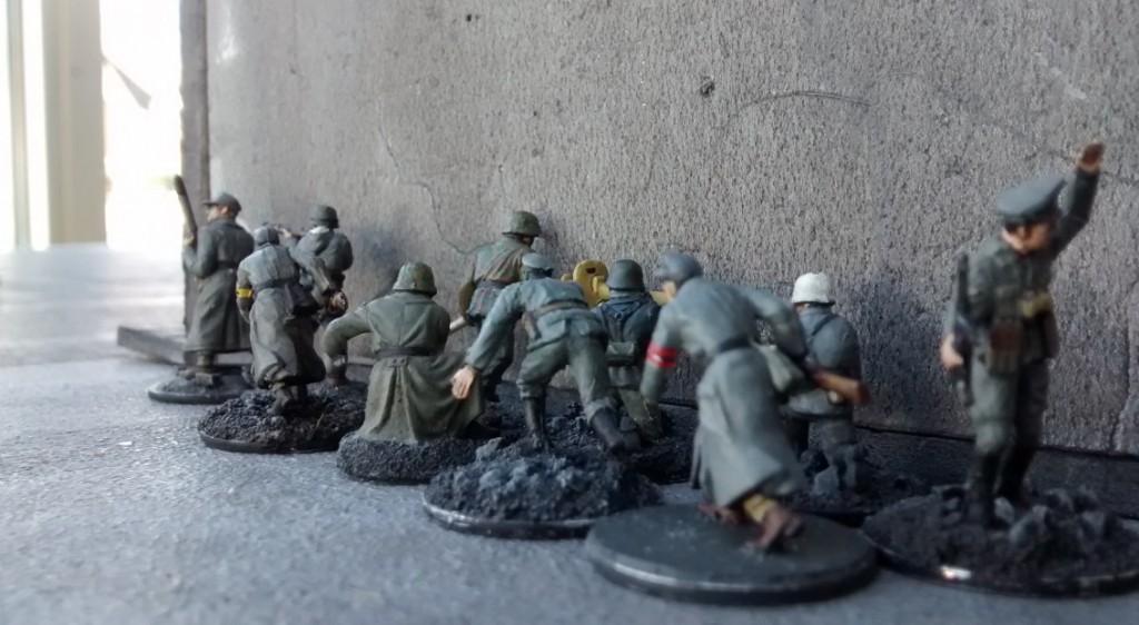 Auf Wehrmachtseite marschiert der links außen stehende 10er-Trupp entlang der Hauswand weiter in Richtung Ressourcenmarker.