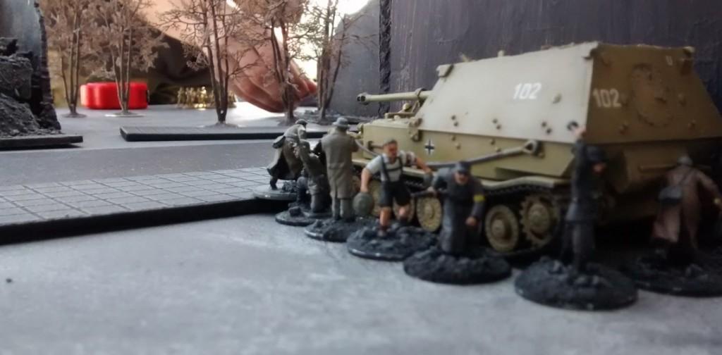 Der Elefant lässt seine Tankrider absitzen. Voraus entdeckt man die Kampfgruppe der Roten Armee.