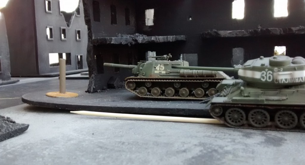 T-34/85 und ISU 152 erreichen gleich den Ressourcenmarker. Ungünstig für den Spieler der Rotarmisten: die Tanks können den Ressourcenmarker nicht einnehmen. Dafür braucht es Infanteristen. Diese aber stehen beim JS-2...