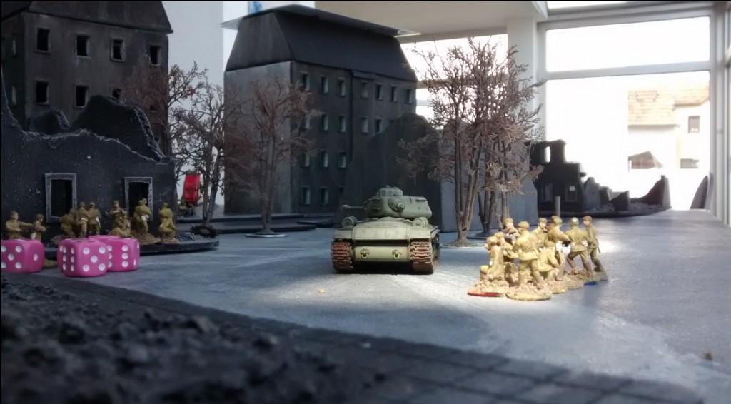 Der JS-2 sichert das Vorgehen der Rotarmisten. Schlechte Karten für den Wehrmachtsspieler.