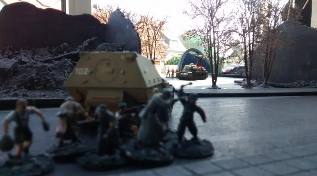 Da! der Elefant stößt auf die Hauptstraße vor. Er hat den fetten JS-2 im Visier! Jetzt oder nie!