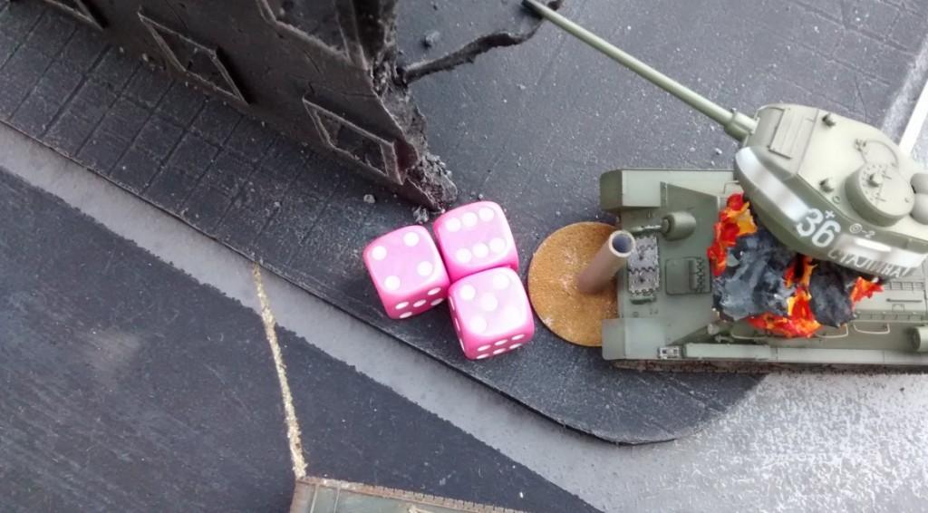 Der Pantherturm schlägt ganz unerbittlich zu. Kabumm! Der T34/85 zerplatzt wie eine Feuerwerksrakete!