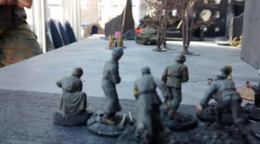 Jetzt krallt sich der linke deutsche Stoßtrupp erstmal den Ressourcenmarker - und nimmt dann die Gruppe Rotarmisten unter Feuer.