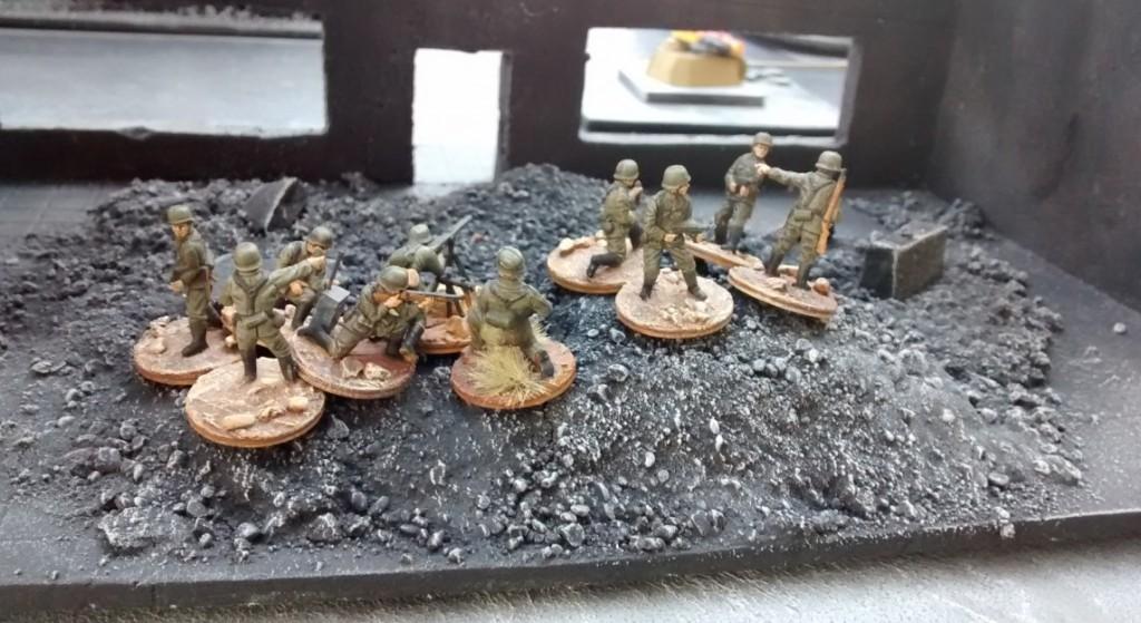 Währenddessen pirscht sich der vierte deutsche 10er-Trupp in vorsichtigen 15cm-Schritten im Schutze der Ruine an den rechts außen stehenden Ressourcenmarker heran.