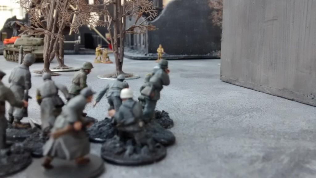 Auch der 10er-Trupp links außen nimmt die verbliebenen Rotarmisten unter Feuer.