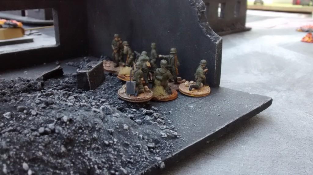 Der gechillte deutsche Trupp rechts außen erreicht die Mauer der Ruine, hinter der sich das ISU befinden könnte...