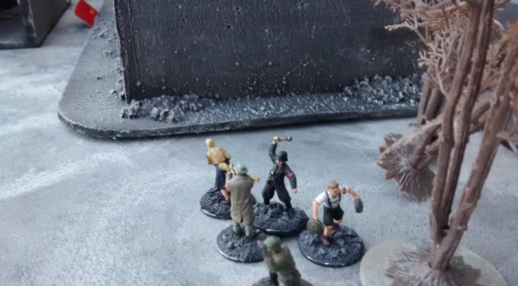 Der zweite 10er-Trupp geht weiter Richtung Plattenmitte vor.