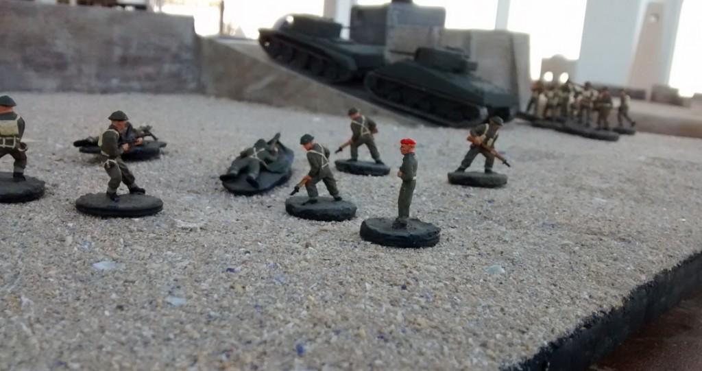 Der alliierte Spieler beginnt. Schörmi und Cromwell erklimmen auf der rechten Flanke die Rampe zur Strandpromenade.