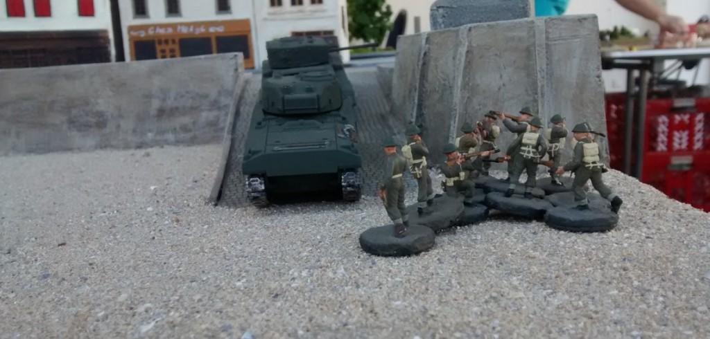 Noch im ersten Zug setzt ein 10er-Trupp der Infanterie nach. Man soll ja den Panzern immer etwas Schutz angedeihen lassen.
