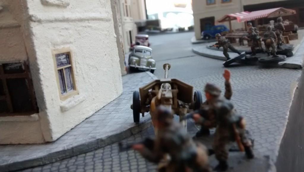 Der Spieler der deutschen Seite beginnt seinen ersten Zug mit dem Vormarsch der Pak. Mit 5cm Bewegungsreichweite, kommt die 75mm-Pak 40 im Mannschaftszug nur sehr langsam voran.
