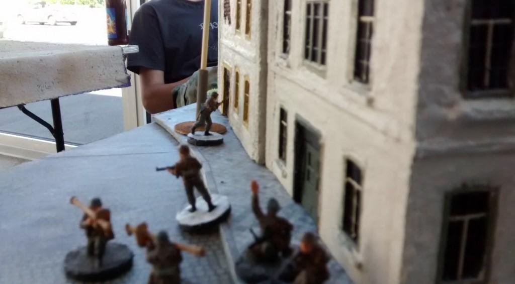 Ganz links außen geht der mit zwei Panzerschreck ausgestattete 10er-Trupp in Stellung. Die alliierten Panzer liegen ihnen genau gegenüber. Damit hat der deutsche Spieler hier den richtigen 10er-Trupp eingesetzt.