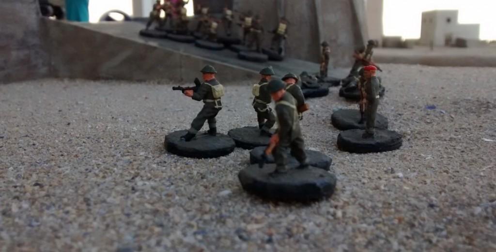Auf der rechten Flanke bewegt der Spieler die Infanteristen in Richtung Rampe. In Plattenmitte passiert nichts, da die Kanadier die hohe Strandmauer nicht erklimmen könnten. Die beiden Rampen sind der einzige Weg in die Stadt.
