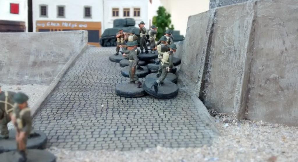 Auf der rechten Rampe geht es vorwärts. Schörmi und Cromwell sind in der Altstadt angekommen - zumindest am ersten Haus. der eine 10er-Trupp spurtet die Rampe hoch.