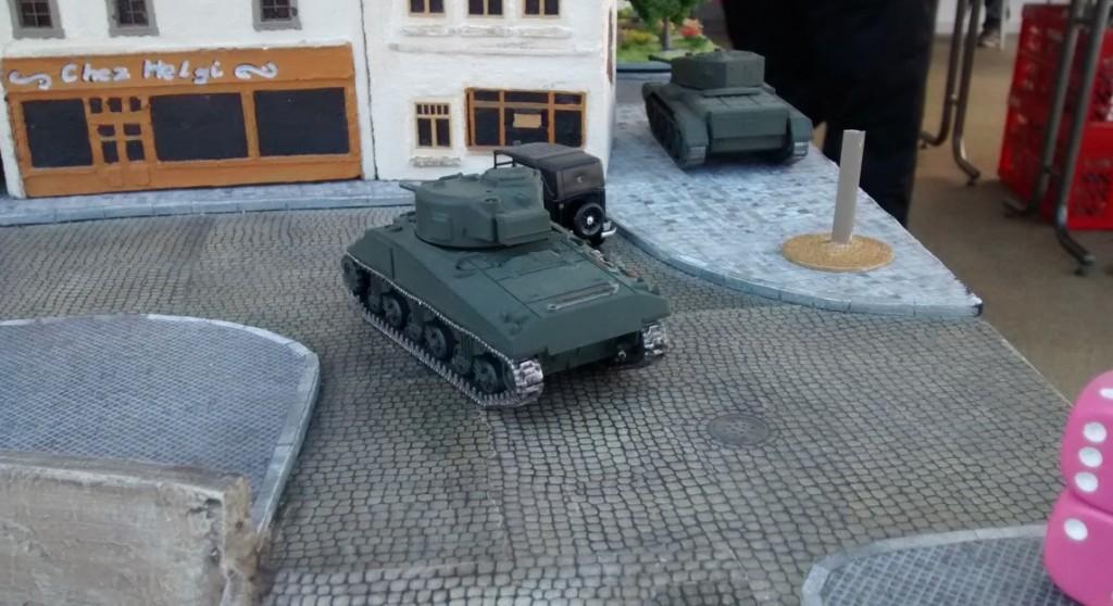 Hier die beiden kanadischen Tanks. Der Cromwell lubbert gleich ein wenig um die Hausecke. Der Schörmi ist vorsichtiger - und bewegt sich auch mehr nach links um den Häuserblock zu umfahren.
