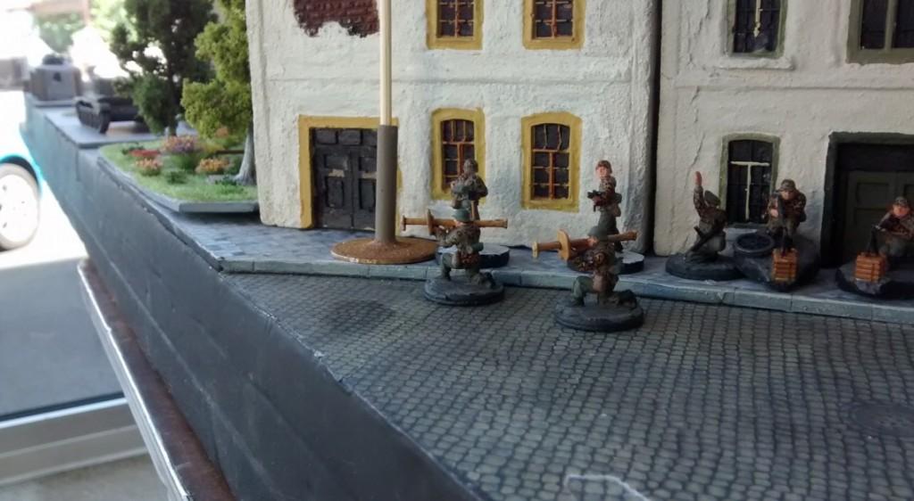 Der deutsche Spieler reagiert mit leicht gekippter Stimmung und lässt mal den Panzerabwehrtrupp vorrücken. Der kommt aber erstmal nur bis zum zweiten Ressourcenmarker. Den zumindest nimmt er mal ein. Den Cromwell plant man als Frühstück in der nächsten Runde ein.