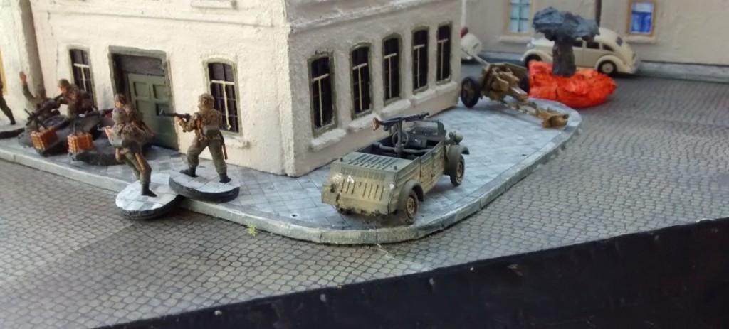 Den zweiten Kübel zieht der Spieler der deutschen Seite erstmal hinter dem Stadthaus in Deckung. Den wird man sicher noch zur Infanteriebekämpfung brauchen.