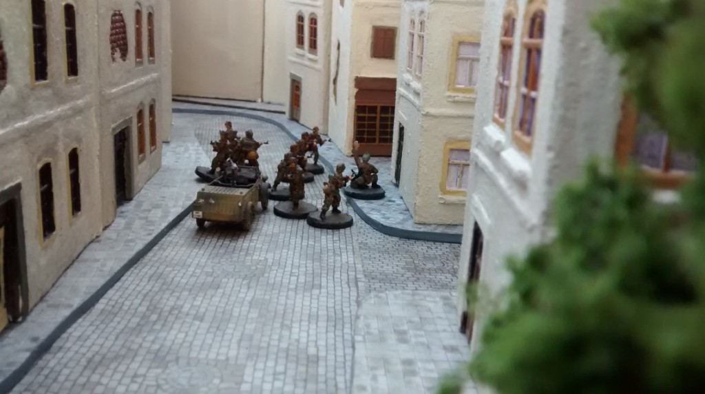 Kübel und Infanterie gehen in der Altstadt weiter vor. Die Häuserblocks trennen die Einheit noch von den Kanadiern.