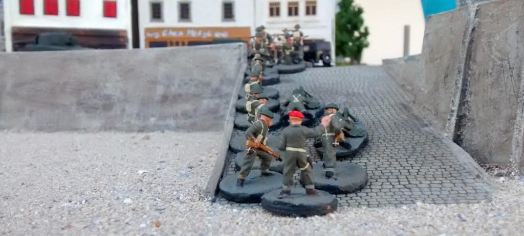 Sergeant MacCallahan schickt seinen PIAT-Trupp auf die Rampe. Aus Saint-Aubing-Sur-Mer hat er bereits Gefechtslärm vernommen. Womöglich haben die Deutschen die ersten Tiger der 21. Panzerdivision nach Vorne geschickt.