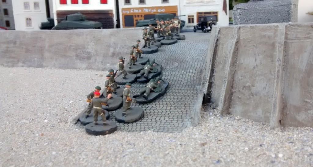 Der Vormarsch geht Sergeant MacCallahan nicht schnell genug. Erst, wenn seine Mannen die vorderste Häuserzeile erreicht haben und in Stellung gegangen sind, ist er zufrieden.