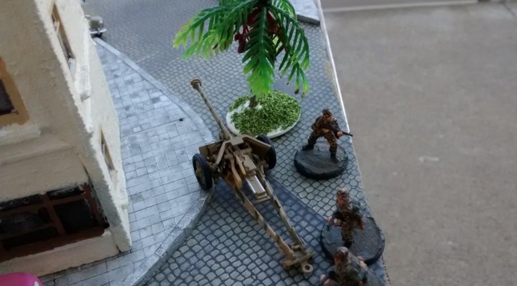 Der deutsche Spieler tarnt unter Einsatz von Ressourcenpunkten eine der 75mm-Pak 40. Die kleine Palme dient der Markierung des Tarnbonus.