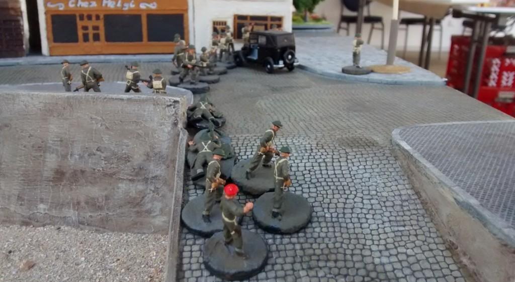 Sergeant Callahan treibt seine Männer weiter. Der zweite 10er-Trupp - genauer Private John Sinclair - hat den ersten Ressourcenmarker für die Kanadier erobert.