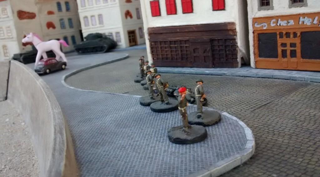 Sergeant MacCallahan schließt zu den beiden Tanks auf. Sherman und Cromwell bleiben zunächst vorsichtig in Deckung, bevor sie gleich weiter in die Altstadt von Saint-Aubin-Sur-Mer vordringen werden.