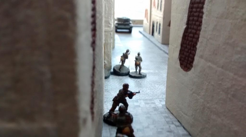 Die Kameraden der beiden Panzergrenadiere haben mitbekommen, dass die beiden Panzerfäuste daneben gehauen haben und machen sich auf das Echo gefasst.