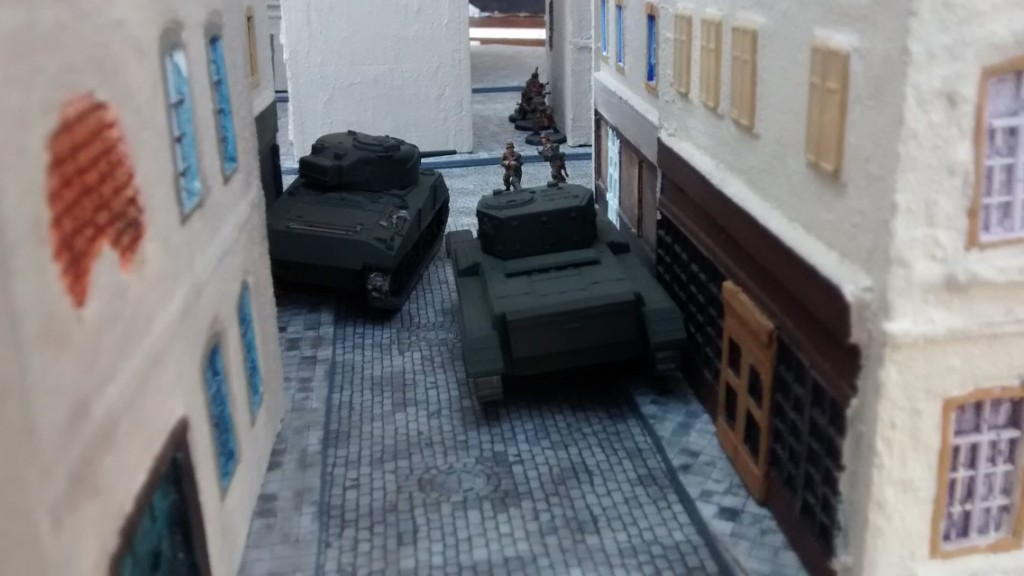 Die Kanadier lassen sich die Chance nicht entgehen, dem vorwitzigen Kraut-Trupp Mores zu lehren. Mit Vollgas brettern sie durch die engen Gassen von Saint-Aubin-Sur-Mer. Jeder der beiden kanadischen Tanks kann neben seiner Hauptwaffe zwei MGs einsetzen.