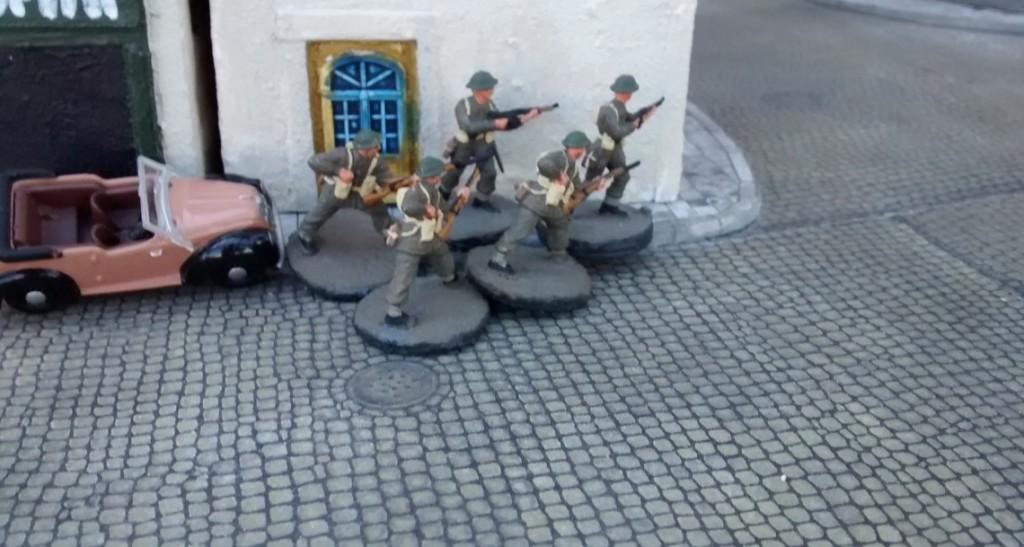 Sergeant Bolter schickt die ersten Mannen um die Häuserecke.
