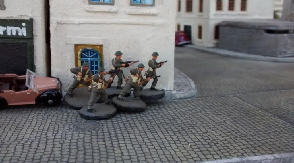 Der MG-Bunker am Rande des Platzes ist anscheinend nicht besetzt. Sergeant Bolter atmet auf.