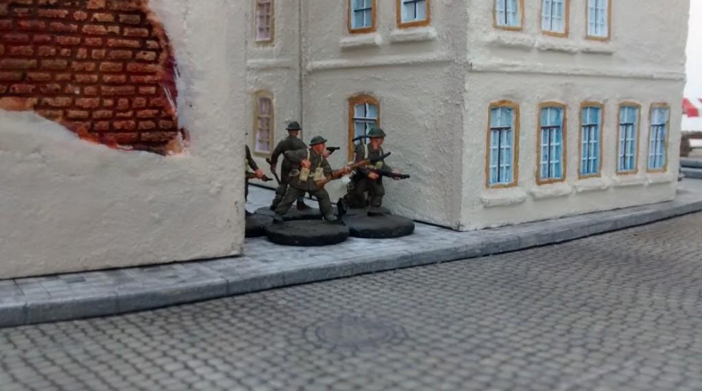 Sergeant Bolter und drei seiner Schützen sind weiter gespurtet und haben sich in eine Reule zwischen zwei Stadthäuser gedrückt. Vom anderen Ende der Straße schlägt Maschinengewehrfeuer entgegen.