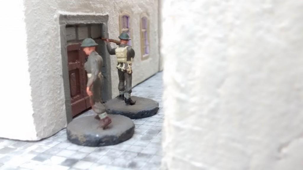 Sergeant Chippi hat ebenfalls ein Haus umrundet und in der Reule Schutz gesucht. Er wird mit seinem Trupp durch diese Türe in das Haus eindringen, um den dahinter liegenden Marktplatz bestreichen zu können.