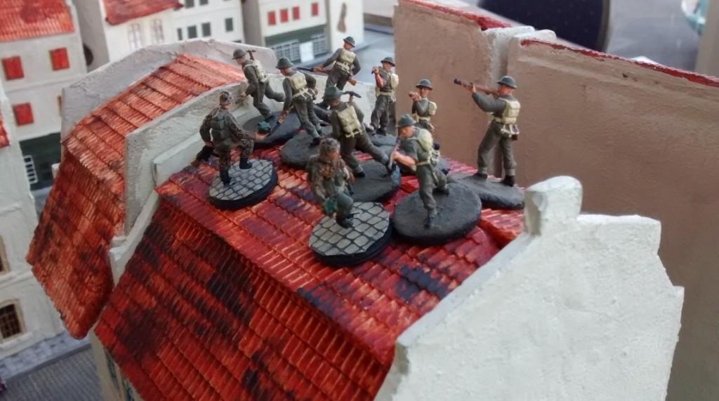 Leutnant Schuster fackelt nicht lange und lässt seine beiden Panzergrenadiere das Haus stürmen und zum Nahkampf übergehen. Druff unn dewedder!