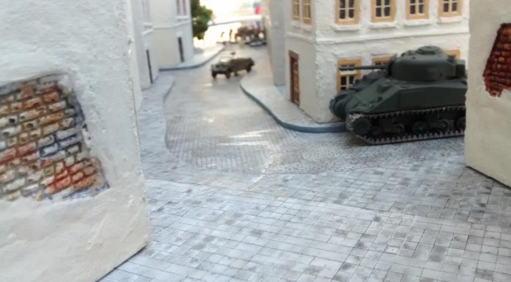 In der Ferne sieht man den deutschen Kübelwagen und weiter hinten die 75mm-Pak 40. Risiko...