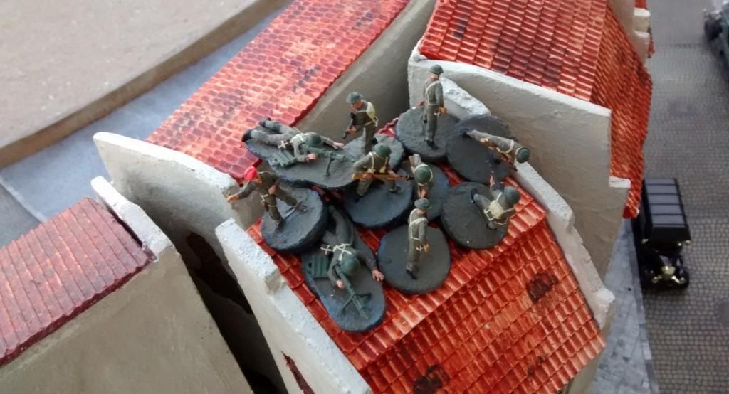 Sergeant MacCallahan zieht seinen gesamten Trupp in das schmale Eckhaus herüber.