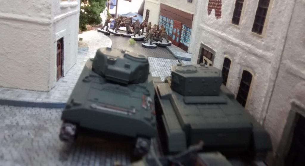 Sherman und der angeschlagene Cromwell nutzen die Chance und stoßen in die Rue Bertrand vor. Dort steht die Pak 40 jetzt ungeschützt und vor allem zur abgewandten Seite hin. Ein gefundenes Fressen für die Kanadier.